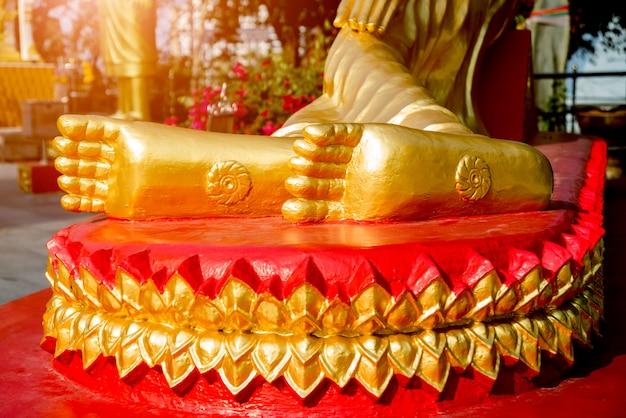 Symbole des buddhismus. südostasien. details des buddhistischen tempels in thailand.
