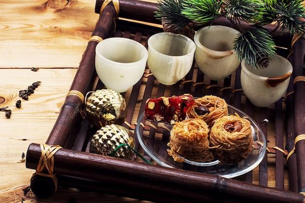 Symbolische weihnachtsspielwaren für die feiertagsfichte