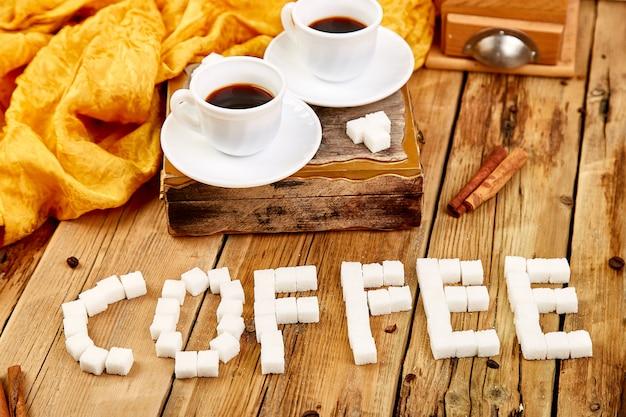 Symbolisches bild. text des würfelzuckers. kaffee unterschreiben.