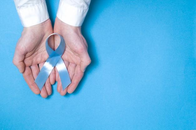 Symbolisches blaues band. das problem des prostatakrebses. kopieren sie platz.