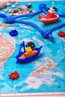 Symbolisches schiff auf der karte