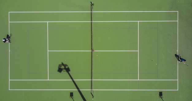 Symmetrische luftaufnahme eines tennisfeldes