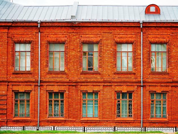 Symmetrische vorderseite des backsteinhausarchitekturhintergrundes