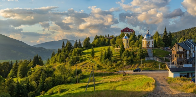 Synevyr-pass bei sonnenuntergang oblast transkarpatien ukraine