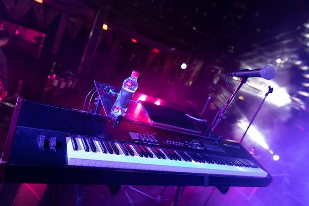 Synth major planea im disco club