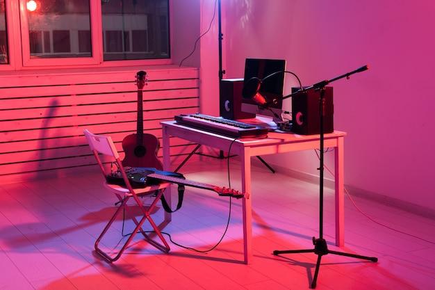 Synthesizer-tastatur, digitale aufnahme und gitarren, heimmusik-aufnahmestudio-konzept. freizeit- und hobbykonzept.