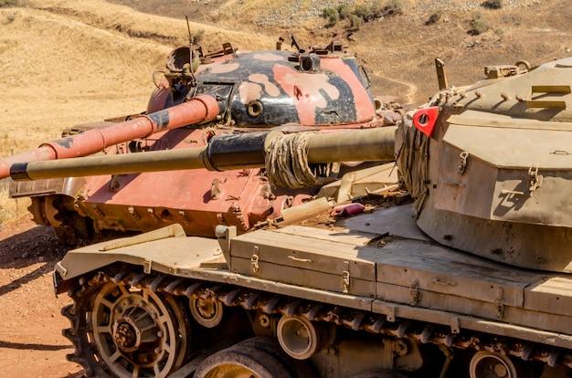 Syrischer t62-panzer vor einem israelischen zenturio-panzer im tal der tränen in israel