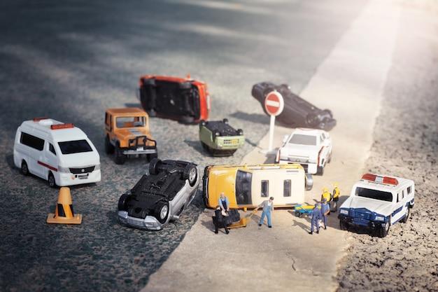 Szene der autominiatur, vorbildlicher unfall des spielzeugs auf straße. versicherungsterrorismus.