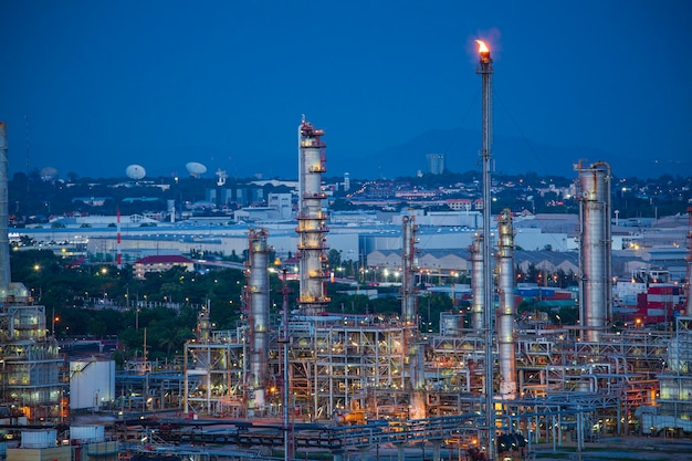 Szene der raffinerieanlage und turmspalte des abends sonnenuntergang petrochemie-industrie in der baustelle.