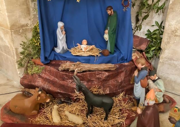 Szene der weihnachtskrippe mit joseph maria und dem kleinen jesus