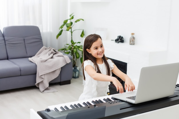 Szene des klavierunterrichts online-training oder e-klasse-lernen, während sich das coronavirus ausbreitet oder eine covid-19-krisensituation, ein vlog oder ein lehrer machen online-klavierunterricht, um schülern beizubringen, von zu hause aus zu lernen.