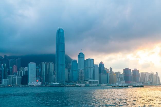 Szene des victoria harbour in hong kong. der victoria harbour ist der berühmte anziehungspunkt für touristen