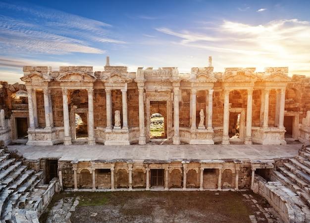 Szene und säulen mit skulpturen des antiken amphitheaters in hieropolis