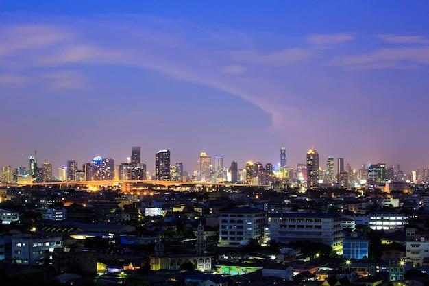 Szene von bangkok, der hauptstadt von thailand in der dämmerung. aus der ferne aufgenommen.