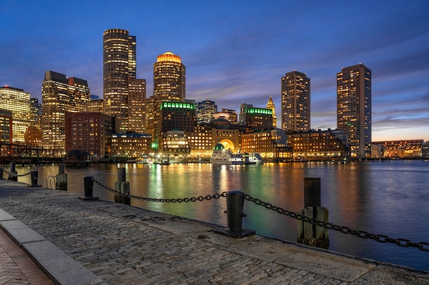 Szene von boston-skylinen vom fan pier zur fantastischen dämmerungszeit mit glattem wasserfluß