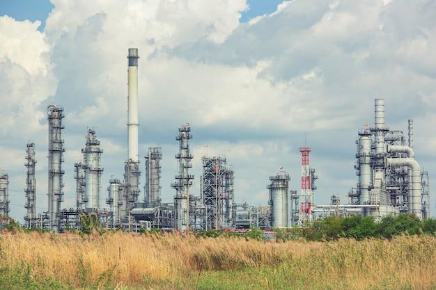 Szenennachmittag des tankölraffinerieturms und des säulentanköls der petrochemieindustrie blauer himmel und rasen