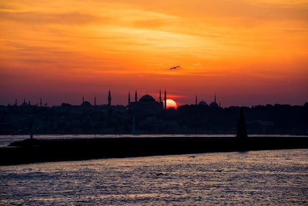 Szenisch von sonnenaufgang über dem ozean in istanbul die türkei
