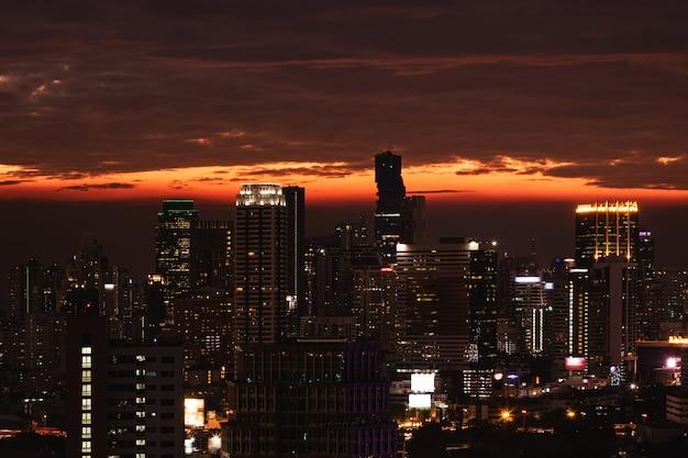 Szenische ansicht der modernen stadt bangkok während des sonnenuntergangs