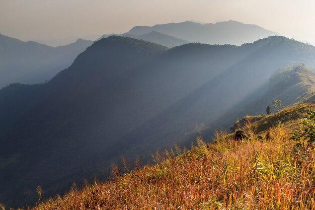 Szenische ansicht der winterberge in der sonnenuntergangzeit.