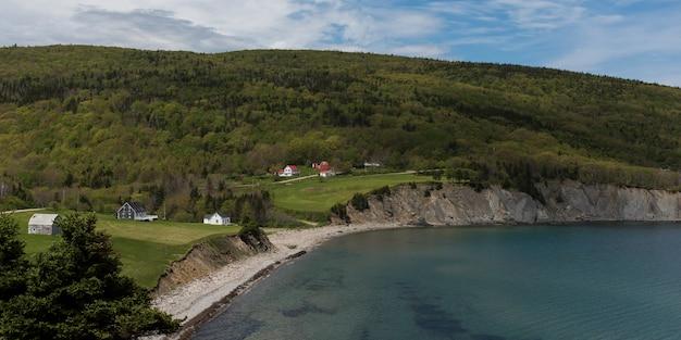 Szenische ansicht des dorfs an der küstenlinie, kap-norden, kap-breton-insel, neuschottland, kanada