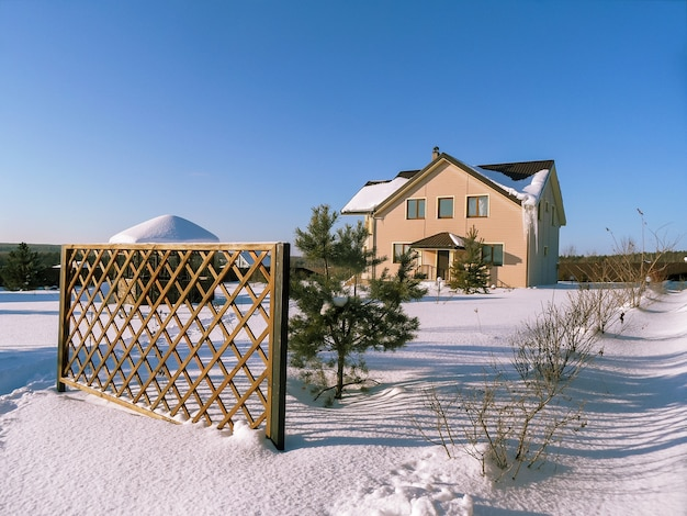 Szenische ansicht des winterlandhauses mit viel schnee.