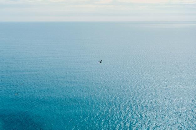 Szenische ansicht von klippen mit felsen nahe dem ozean und dem blauen meer