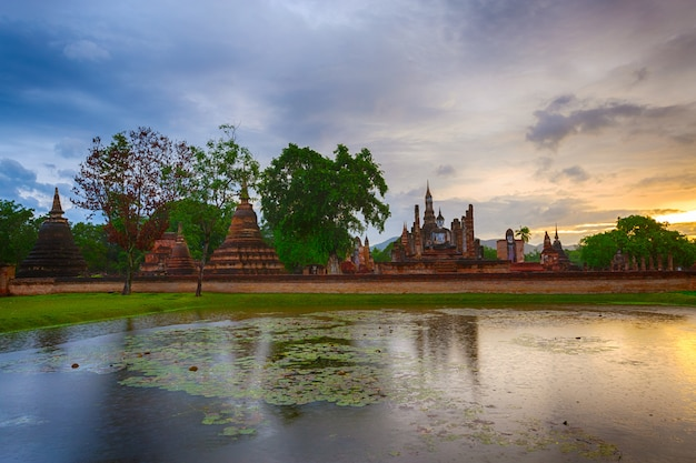 Szenische ansicht von wat mahathat temple im bezirk sukhothai historical park