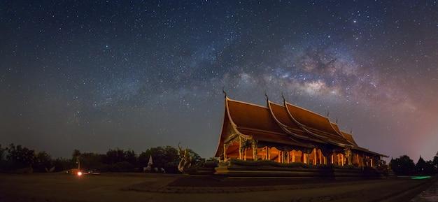 Szenische ansicht von wat sirindhornwararam ubon ratchathani, thailand.