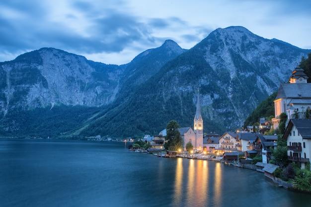 Szenische ansichtskartenansicht des berühmten hallstatt bergdorfes mit hallstaetter see in den österreichischen alpen, region von salzkammergut, österreich