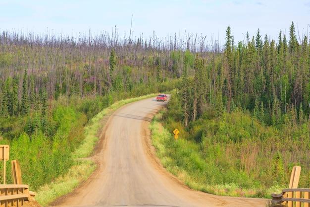 Szenische autobahn in alaska, usa. dramatische sichtwolken