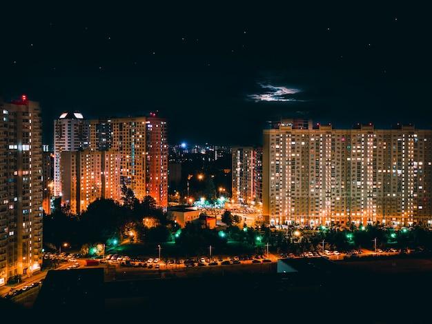 Szenische fenster von wolkenkratzern in der nacht. wolkenkratzerfenster in der nacht in khimki stadt, russland.