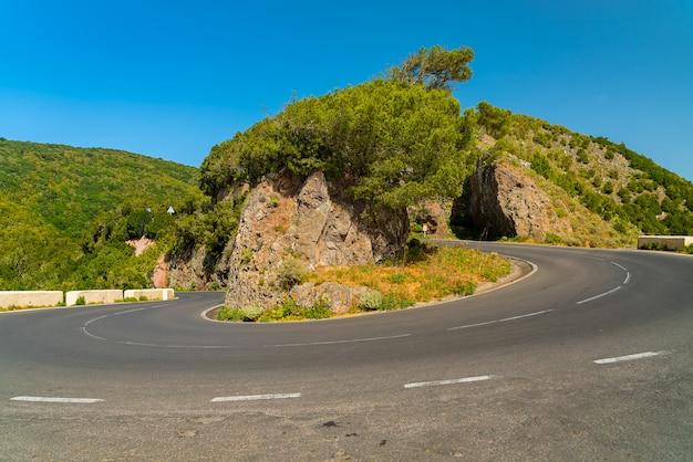 Szenische kurvenreiche straßenbiegung in anaga-gebirgszug gegen hellblauen himmel teneriffa, spanien