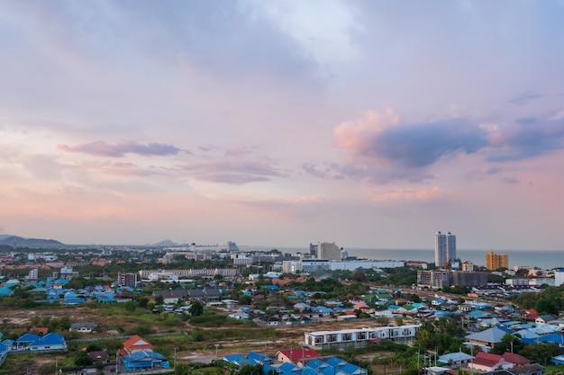 Szenische landschaft der vogelperspektive der stadt mit sturmwolkenregen kommt