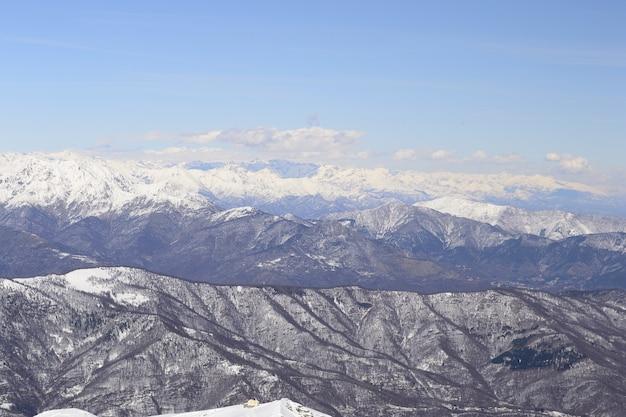 Szenische landschaft des winters in den italienischen alpen mit schnee.