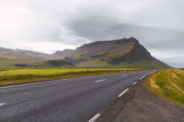 Szenische landschaftsansicht der isländischen straße und schöne flächenansicht der natur im sommer