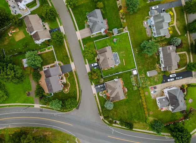 Szenische luftaufnahme einer vorstadtsiedlung in den usa mit einfamilienhäusern
