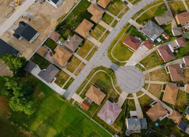 Szenische saisonale landschaft von oben luftaufnahme einer kleinen stadt in der landschaft cleveland ohio usa