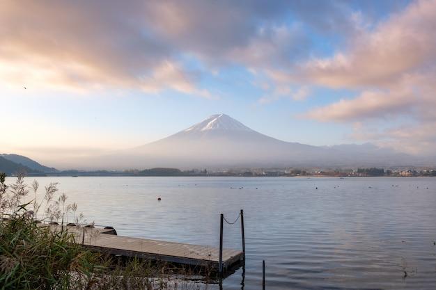 Szenischer fujisan und hölzerner hafen mit buntem himmel im kawaguchiko see