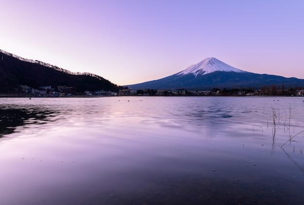 Szenischer sonnenaufgang von fujisan am morgen