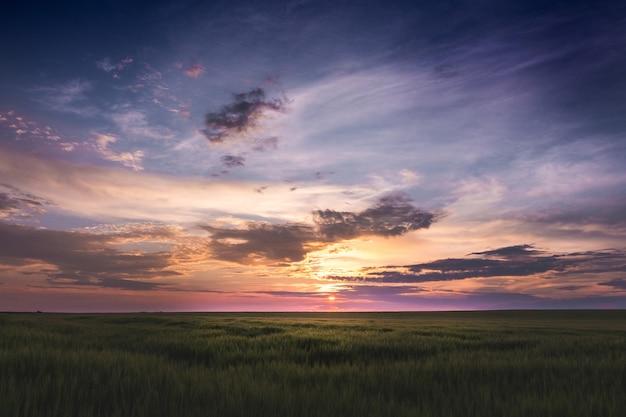 Szenischer sonnenuntergang mit dunklem himmel und dramatischen wolken_