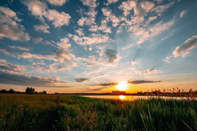Szenischer sonnenuntergang mit wolken im himmel auf dem see