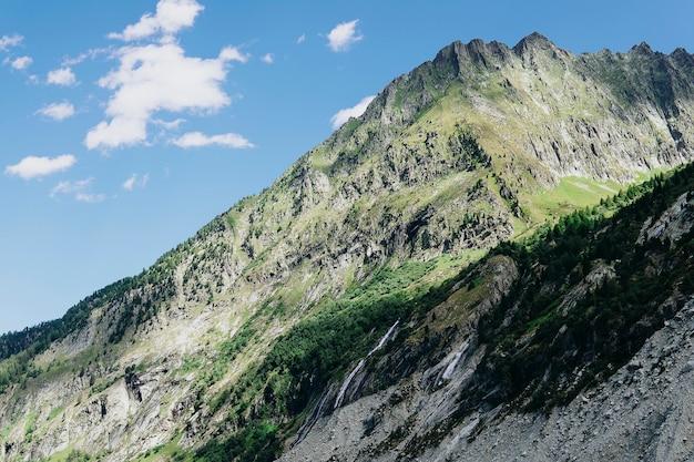 Szenisches alpengebirgspanorama. reise travel trek und real life-konzept. schöne natur. ruhe in den bergen. herbst in den alpen in den grünen und weißen farben