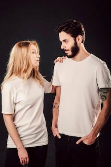 T-shirt design, junge frau und mann im leeren weißen hemd