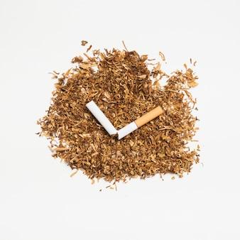 Tabak der hohen winkelsicht und defekte zigarette über weißer oberfläche
