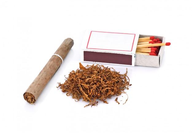 Tabak und zigarette auf weißem hintergrund