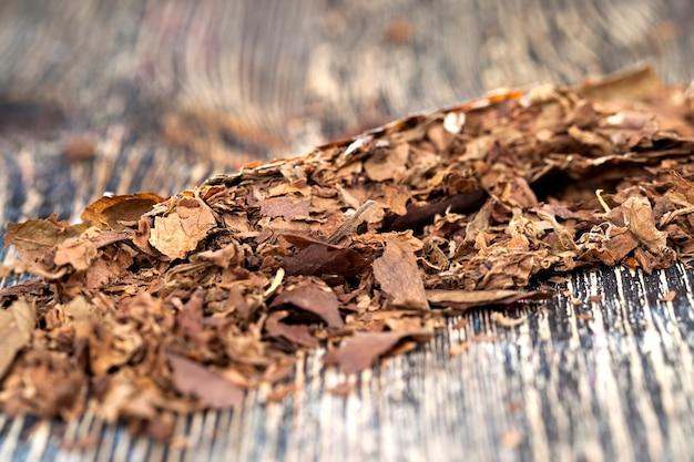 Tabak von einer bröckelnden zigarette auf dem brett