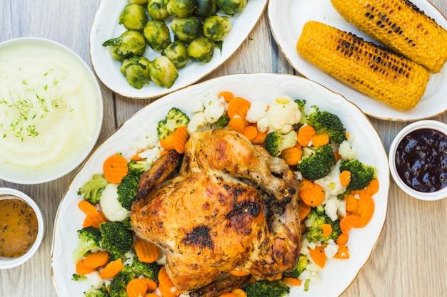 Tabelle bedeckt mit gebackenem hühner- und kartoffelpuree