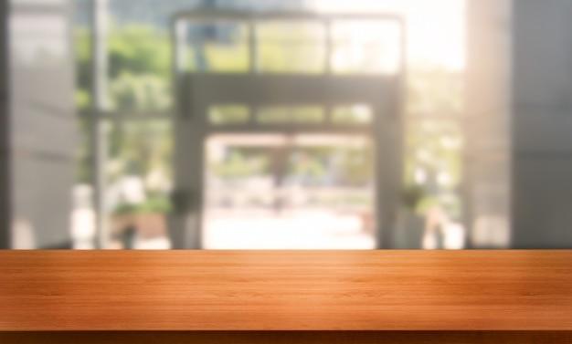 Tabelle im modernen bürostadthintergrund mit leerem kopienraum auf tabelle für produktanzeige