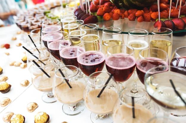 Tabelle mit alkoholischen getränken und schokolade