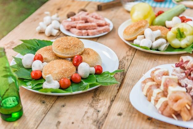 Tabelle mit dem essen und getränk bereit zur grillparty